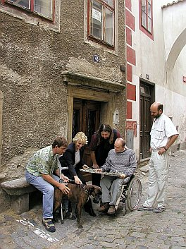 A Short Break at the Map in the Klášterní Street in Český Krumlov, foto: Lubor Mrázek
