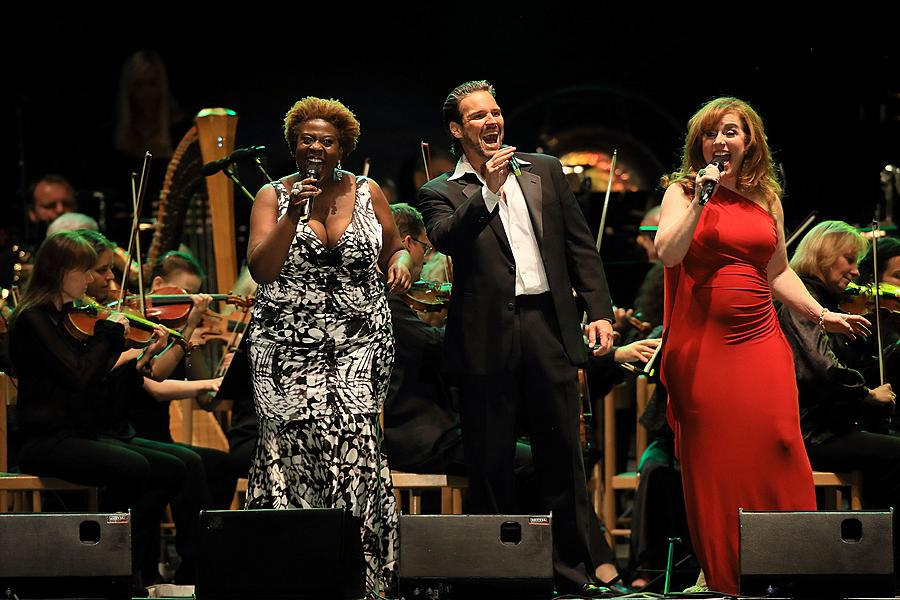 """James Bond Music"" and world musicals - Debbie Gravitte, Capathia Jenkins a Hugh Panaro, Michael Krajewshi (conductor), 1.8.2015, International Music Festival Český Krumlov"