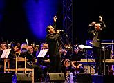 """James Bond Music"" and world musicals - Debbie Gravitte, Capathia Jenkins a Hugh Panaro, Michael Krajewshi (conductor), 1.8.2015, International Music Festival Český Krumlov, source: Auviex s.r.o., photo by: Libor Sváček"