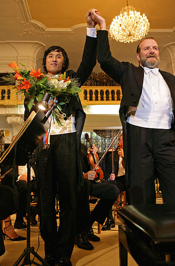 Opening Ceremony. In attandance: President of the Czech Republic Václav Klaus, Jong-Won Kim – piano (Korea), The Czech Radio Symphony Orchestra, conducted by: Maxim Shostakovich (Russia, USA), 21.7.2006,International Music Festival Český Krumlov 2006, source: © Auviex s.r.o., photo: Libor Sváčwk