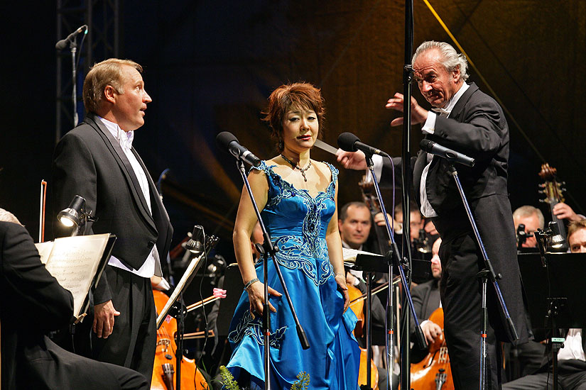 David N. Gustafson (USA) - tenor, Mi-Hae Park - soprano (Korea), Brewery Garden, 22.7.2006,International Music Festival Český Krumlov 2006, source: © Auviex s.r.o., photo: Libor Sváčwk