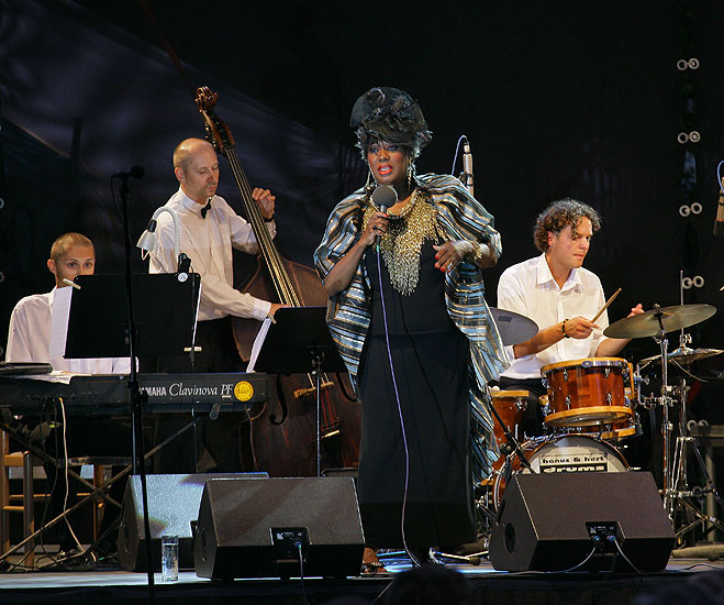 Joan Faulkner (USA) - singing, Gustav Brom Big Band, Art Leader Vlado Valovič, Brewery Garden, 29.7.2006, International Music Festival Český Krumlov 2006, source: © Auviex s.r.o., photo: Libor Sváček